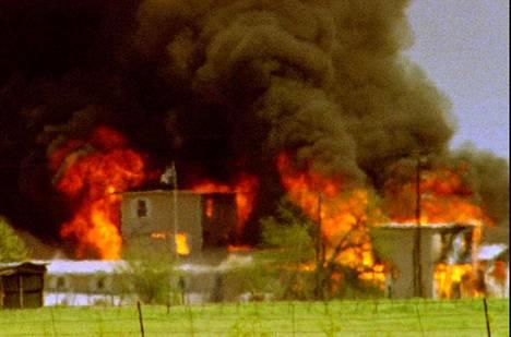 Maailma seurasi 19.4.1993 kuinka Wacon Daavidin oksa- lahkon päämaja paloi.