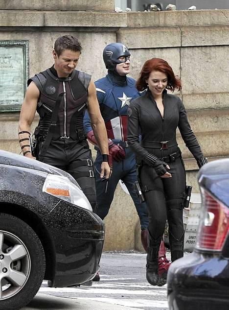 Jeremy Renner, Chris Evans ja Scarlett Johansson.