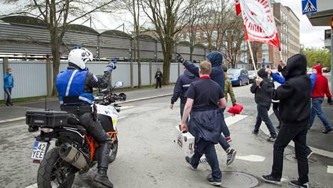 HIFK:n kannattajat marssivat Tammelan stadionille poliisin vartioimina.