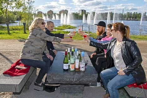 Ulla Anttila (vas.), Atte Isola,  Lauri Ahtinen, Sari Holappa ja  Katri Pintamo-Kenttälä eivät vakuuttuneet markettiviinien mausta.