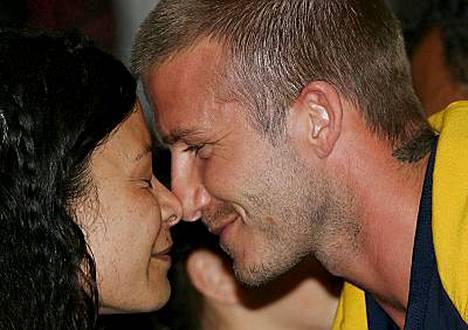 David Beckham (oik.) tekee hongin, eli perinteisen maoritervehdyksen Ritihia Hailwoodille.