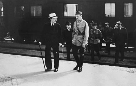 Risto Ryti ja Mannerhehim. Juhani Suomen mukaan presidentti ja ylipäällikkö pitivät Urho Kekkosen poissa sodanajan hallituksista.