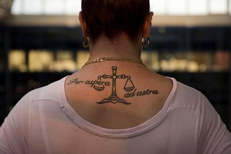Marice on tatuoinut tänä vuonna selkäänsä latinan kielen tekstin, joka tarkoittaa vaikeuksien kautta tähtiin.