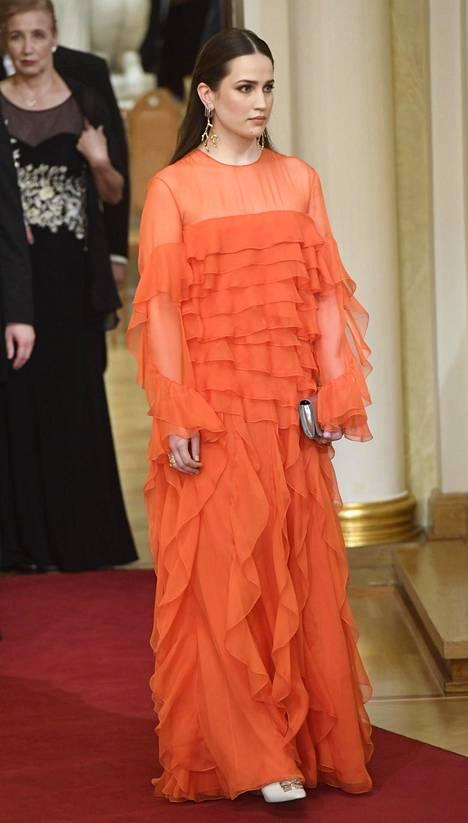 Viime vuonna rouva Haukion futuristisen puvun suunnitellut Emma Saarnio edusti Valentinon näyttävässä oranssissa luomuksessa.