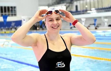 Ida Hulkko kuvattuna Helsingissä Mäkelänrinteen uimahallissa huhtikuussa 2021.