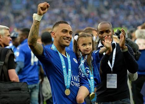 Simspon ja muu Leicesterin joukkue sai mestaruusmitalinsa viime lauantain kotiottelun jälkeen.