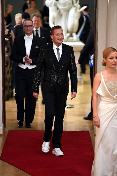 Jarkko Valtee säväytti kimmeltävässä takissa.