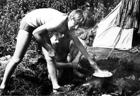 Tuleva liittokansleri valmistamassa ruokaa telttaretkellä Brandenburgissa vuonna 1973. Merkel varttui Neuvostoliiton hallitsemassa Itä-Saksassa.