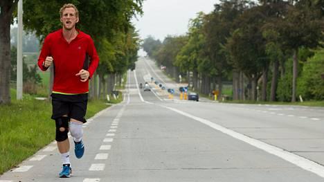Juoksemisen riskien selvittämisen lisäksi toimittaja Michael Dorgan pistää itsensä dokumentissaan rääkkiin: hän päättää juosta kahdeksan maratonia kahdeksassa päivässä.