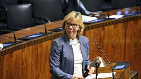 Oikeusministeri Anna-Maja Henrikssonin mukaan viisikko yrittää löytää budjetista varoja, jotta Veikkauksen voittovarojen leikkaus voitaisiin välttää.