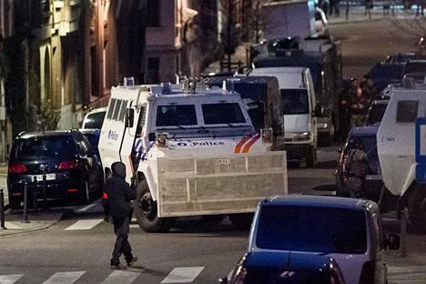 Poliisi suoritti etsintöjä Brysselin Schaarbeekin kaupunginosassa tiistai-iltana.