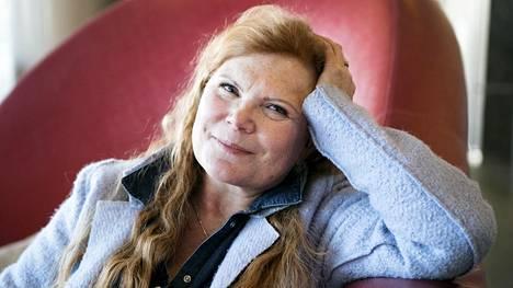 Maija Silvennoinen kertoo uudessa kirjassaan muistojaan pitkän uransa varrelta. Hän oli Suomen ensimmäinen naispuolinen huippuravintolan keittiömestari ja pidetty tv-kokki kymmenen vuoden ajan.