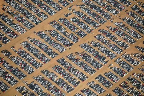 Hautausmaalla on tuhansia autoja.