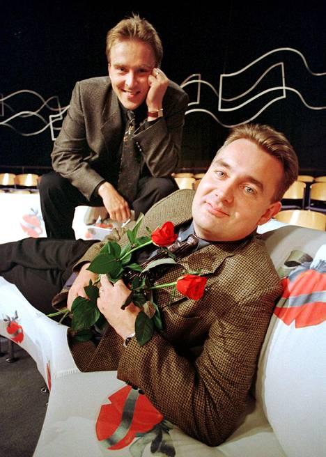 Tuttu juttu oli 90-luvun suosituimpia ohjelmia. Kuvassa Hallikainen juontajaparinsa Timo Koivusalon kanssa.