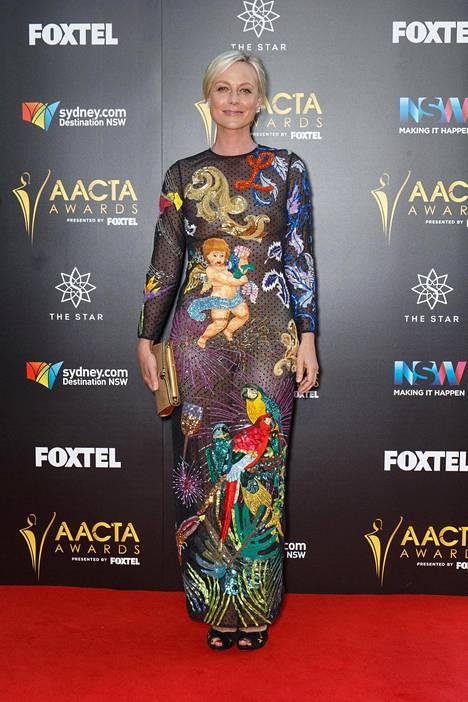 Marta Dusseldorpin mekkoa koristivat värikkäät kirjailut.