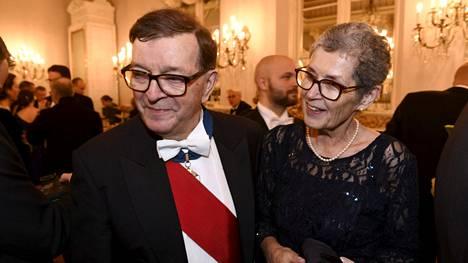 Paavo ja Vuokko Väyrynen nähtiin Linnassa hymyilevinä.