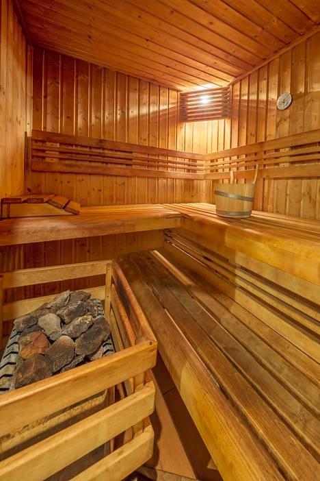 """""""Ovenpielessä lukee, että saunominen kielletty alle 12-vuotiailta ja kymmenen minuuttia kauempaa ei saa saunoa kerrallaan"""", Ilta-Sanomien lukija kertoo."""