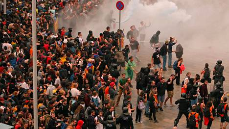 El Pratin lentoaseman ulkopuolella olevat mielenosoittajat estävä pääsyn terminaaleihin.