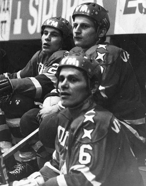 HIFK:n ykkösketju 1974: Esa Peltonen (edessä), Matti Hagman ja Juhani Tamminen.