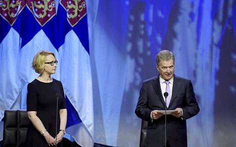 Eduskunnan puhemies Maria Lohela kuuntelee presidentti Sauli Niinistön puhetta valtiopäivien avajaisissa.