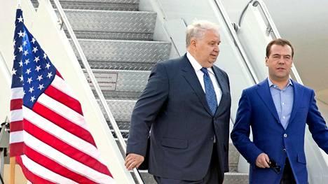 Vakooja vai diplomaatti? Venäjän Yhdysvaltain suurlähettiläs Sergei Kislyak ei juuri viihdy julkisuudessa. Kuva vuodelta 2012, jolloin pääministeri Dmitri Medvedev vieraili Yhdysvalloissa.