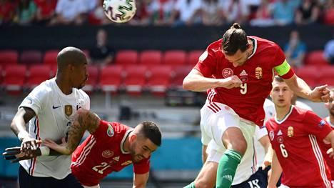 Adam Szalai (oik.) puski palloa EM-ottelussa Ranskaa vastaan.