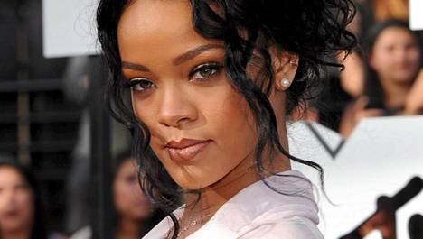 Rihanna ei kainostele vartaloaan esitellessään.