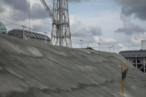Maan säteilyn ja veden imeytymisen estämiseksi voimalan alueella on maa peitetty asfalttiin.