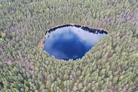 """""""Kakarlampi on pieni lampi, jollaisia Espoossa on useita kymmeniä. Tätä en ole ikinä itse nähnyt, koska se on vaikeakulkuisessa maastossa erillään, yksinäinen ja syrjässä. Drone lensi paikalle ja otti kuvan."""""""