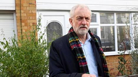 Työväenpuolueen Jeremy Corbyn kotitalonsa edustalla Lontoossa 14. joulukuuta 2019.