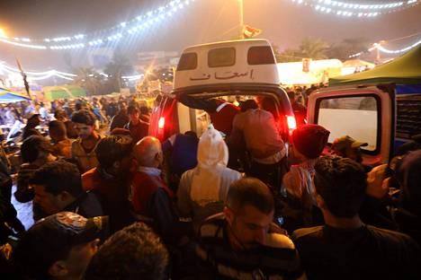 Ambulanssi saapuu Tahririn aukiolle, kun tunnistamattomat aseistetut miehet avasivat tulen hallituksen vastaisissa mielenosoituksissa.