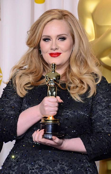 Adele on palkittu myös Oscar-palkinnolla. Sen hänelle toi James Bond -elokuvaa varten sävelletty Skyfall-kappale.