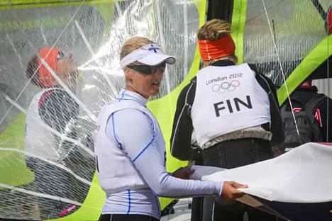 Suomen kaikkien aikojen menestyneimpiin purjehtijoihin kuuluva, nykyinen kansanedustaja (kok.) Sari Multala on ällistynyt Gajane Bottinellin kohtelusta. Hän on esittänyt eduskunnassa urheilijoiden työllisyysturvasta kirjallisen kysymyksen työministerille.
