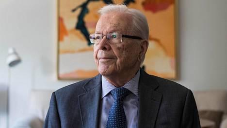 Raimo Ilaskivi on pitkällä urallaan toiminut muiden muassa kansanedustajana, europarlamentaarikkona ja Helsingin kaupunginjohtajana. Hän on ollut myös kokoomuksen presidenttiehdokas.