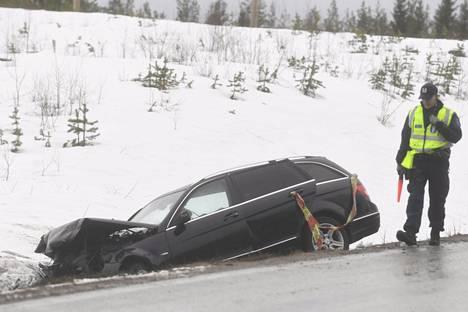 Poliisi tutki kolariautoa noin kymmenen kilometriä Suomussalmen pohjoispuolella.