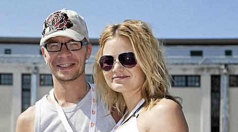 Onnelliset vanhemmat Ville Pusa ja Riikka-vaimo