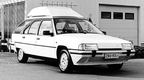 """Näitähän näkee vieläkin! 80-luvun ikonisin ja möhkökattoisista piilofarmareista tyylikkäin oli Citroën BX, josta tehtiin VAN eli veronvälttöpaku korottamalla tavaratilaa kattoon laminoidulla lasikuituisella """"suksiboksilla""""."""