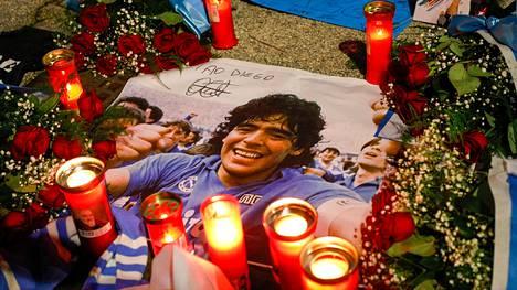 Diego Armando Maradonan muistoa on kunnioitettu ympäri maailman. Kuva Napolista.