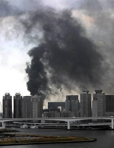 Tokiossa rakennuksia syttyi palamaan.
