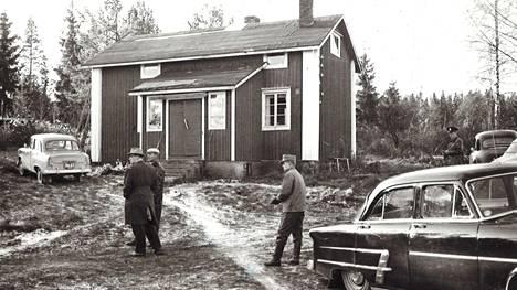 Pientä kylää ravisteli kaksoismurha 1958. Poliisi tutkimassa murhapaikkaa.