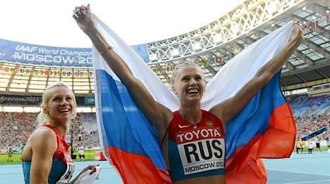 Ksenia Ryzhova (oik.) ja Tatjana Firova riemuitsivat pitkän viestin MM-kullasta.