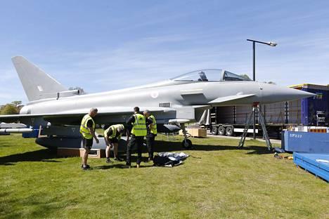 Eurofighter Typhoon -mock-up on jo pystyssä Helsingin Kaivopuiston rannassa. Työmiehet saapuivat Britanniasta.