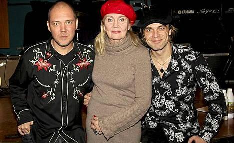 Jani (vas.) ja Joona Jalkanen sekä äiti Pia Viheriävaara iloitsivat tiistaina Isältä pojalle -levyä ja nimikkokappaleen singlen platinalevyä.