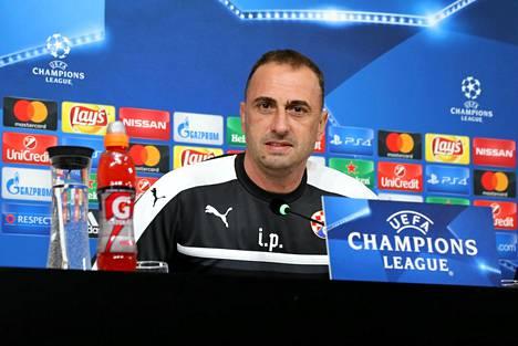 Ivaylo Petev lehdistötilaisuudessa vuonna 2016. Hän valmensi tuolloin kroatialaista Dinamo Zagrebia, joka pelasi myös Mestarien liigan lohkovaiheessa.