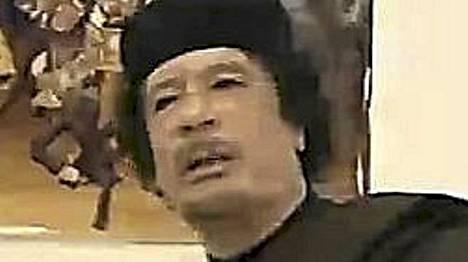 Libyan johtaja Muammar Gaddafi pyysi lauantaina tulitaukoa mutta kieltäytyi väistymästä vallasta.