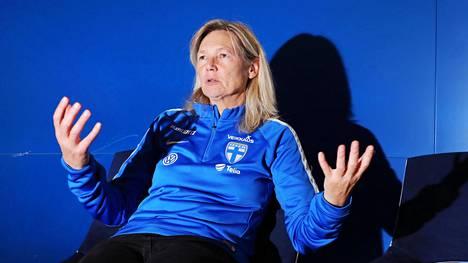 Anna Signeul on Suomen naisten jalkapallomaajoukkueen päävalmentaja.