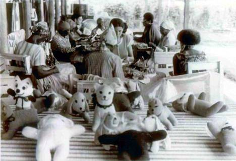 Kansan temppelin naisasukkaita arkisissa askareissaan.