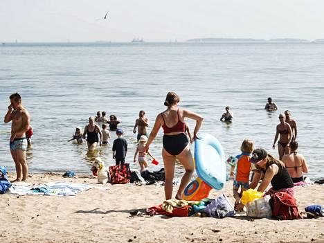 Uutelan uimarannalla nautittiin helteestä 20. kesäkuuta. Myös juhannuksena rannalla viihtyy säiden puolesta.