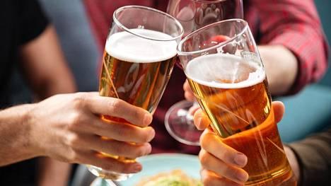 Kokonaiskulutuksen lisäksi myös alkoholia käyttävien lukumäärä on kasvanut ja todennäköisesti kasvaa jatkossakin.