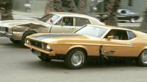 Porukka saa tehtäväksi varastaa 48 tietynmerkkistä autoa. Se johtaa elokuvahistorian pisimpään takaa-ajoon ja 93 auton romutukseen.